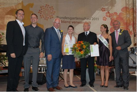 Award ceremony on the 02.09.2011 in Koblenz (from left to right: Christian and Michael Seifert, the parlamentary state secretary of the federal ministry of agriculture, Peter Bleser, Sonja Seifert, Dieter Seifert, German flower princess Lisa Maurer and the president of ZVG –Heinz Herker. (Photo: ZVG)