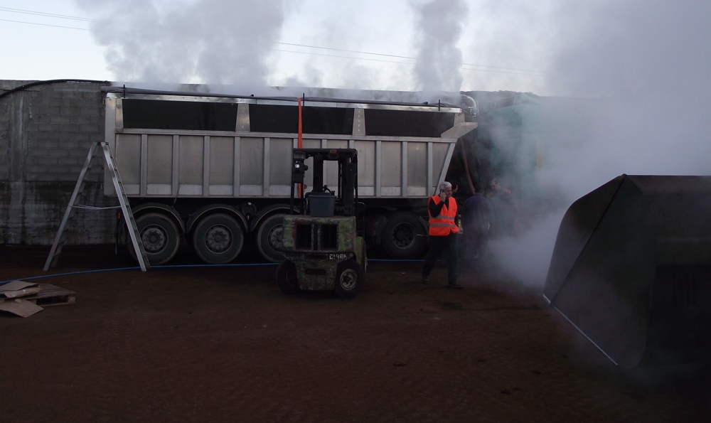 Operating steaming container on a tipping trailer with a volume of 25m³, connected to a vacuum system.