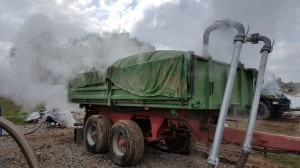 Steaming with superheated steam in specially equipped tipping trailers